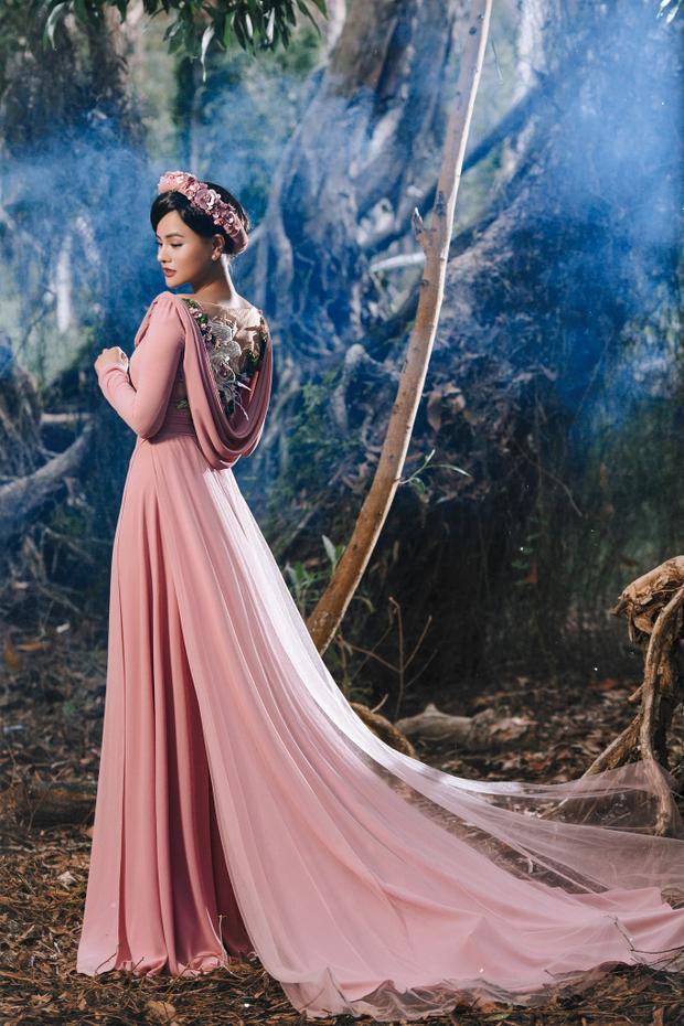 Tạo hình người phụ nữ Việt của thập niên 60, cùng lối make-up nhẹ nhàng nhấn mạnh vào đôi mắt, Vũ Thu Phương hiện lên là một người phụ nữ đẹp nhẹ nhàng, thanh cao giữa cánh rừng xanh mát.