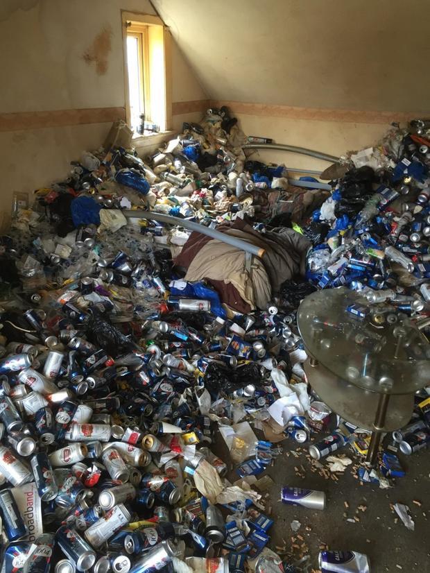 Căn hộ ngập ngụa trong vỏ lon bia, túi rác.