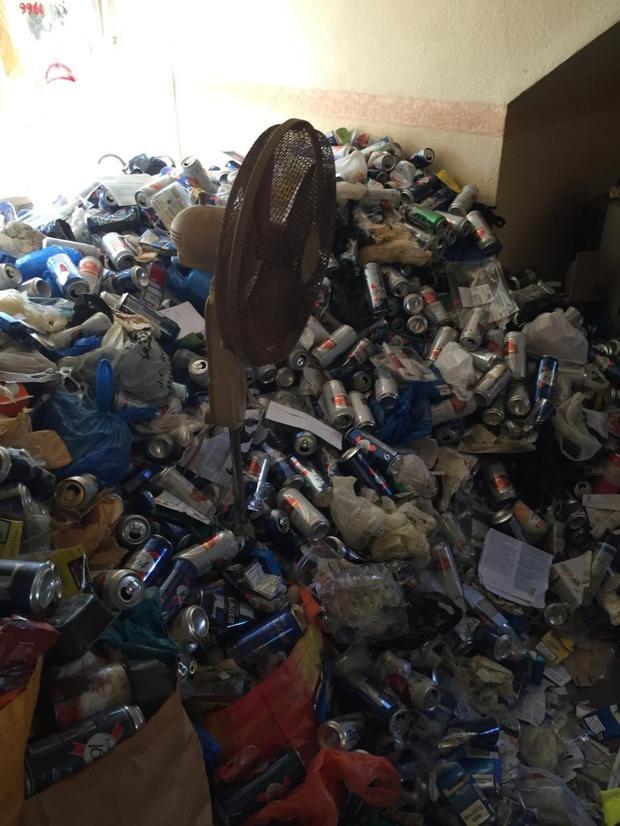 Đống rác còn chất cao hơn cả chiếc quạt.