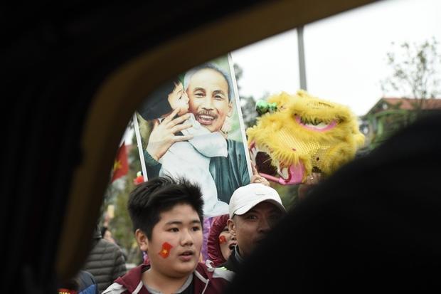 Quốc kỳ, ảnh Bác được người dân mang theo tràn ra đường để mừng công ĐT U23 Việt Nam với 1 lòng tự hào dân tộc dâng cao đến nỗi khó lòng nào tả xiết.