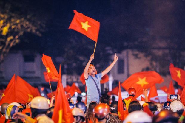 Tiếng reo hò ăn mừng hòa trong sắc đỏ của người dân Sài Gòn. Ảnh: H.N
