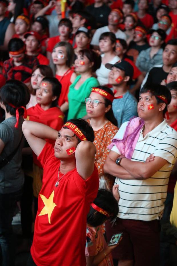 Người hâm mộ Sài Gòn dõi theo từng phút giây của trận đấu. Ảnh: Huy Hậu