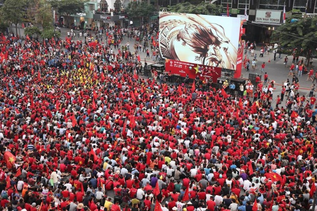 Người dân Sài Gòn đổ xô về các địa điểm offline để xem các cầu thủ U23 Việt Nam đá trận chung kết. Ảnh: Đinh Trung Tín.