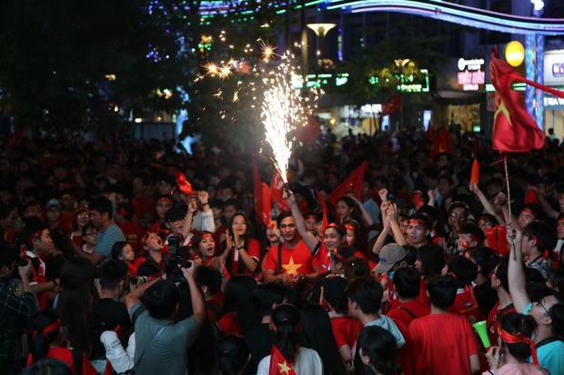 Dù kết quả trận đấu có như thế nào, NHM tại Sài Gòn cũng ăn mừng chiến thắng. Ảnh: Huy Hậu
