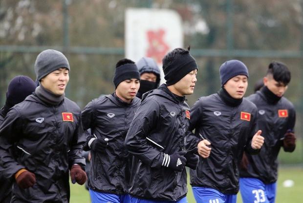 Trong những buổi tập luyện, các cầu thủ cũng cũng phải đội mũ len để giữ ấm.