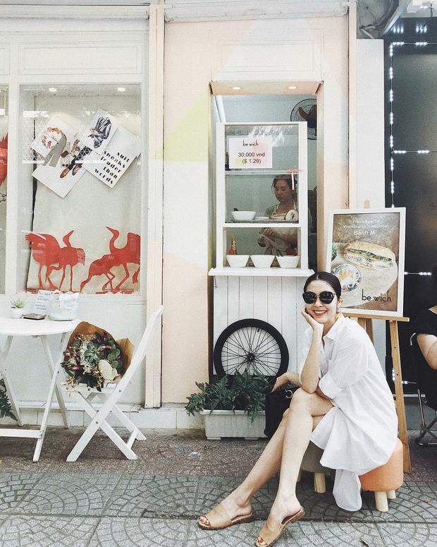 Ở thời điểm vướng tin đồn mang bầu lần 3, Tăng Thanh Hà vẫn rạng rỡ với chiếc váy sơ mi basic cùng đôi mule da thanh lịch. Hà Tăng dù phối đồ đơn giản hay cầu kì thì street style của cô vẫn không bao giờ quên kính mát dáng to thanh lịch.