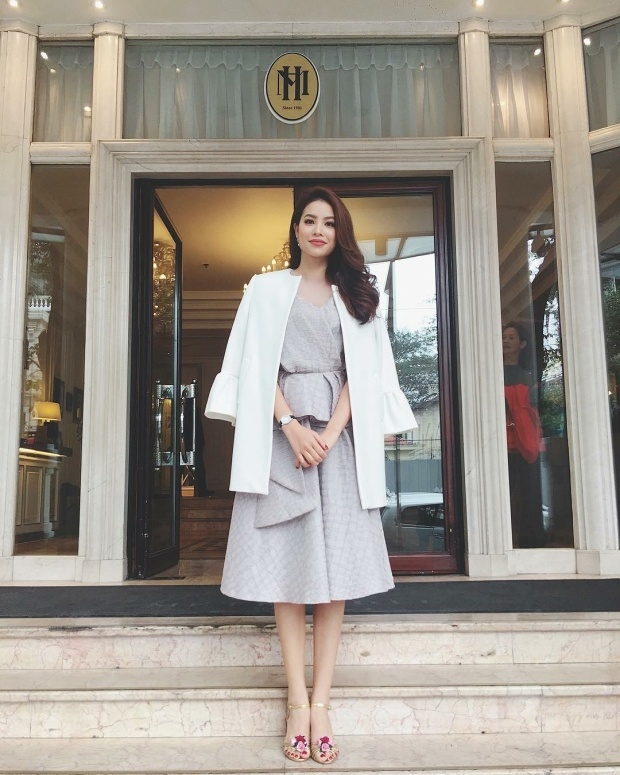 Phạm Hương e ấp với chiếc váy màu ghi xám và áo khoác trắng trang nhã. Đôi sandals với hoạ tiết hoa nhỏ nhắn giúp nữ HLV The Look trở nên vô cùng ngọt ngào.