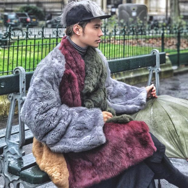 Nhà thiết kế Lý Quý Khánh với street style không hề thua kém bất kì một fashionista nổi tiếng nào trên đường phố Paris. Áo khoác bằng lông khá hầm hố được mix thông minh với chiếc snapback đen có gắn một lớp lông lạ mắt.