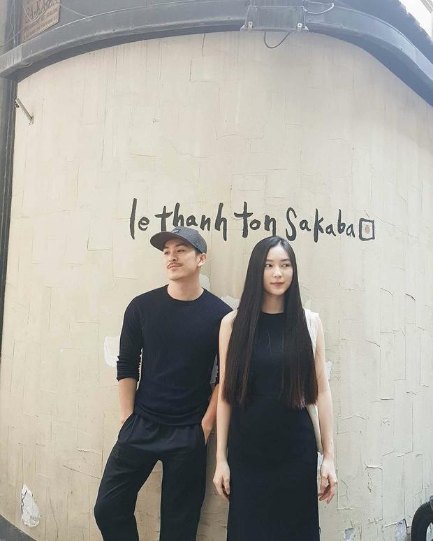 Thiên Minh và Helly Tống không biết vô tình hay hữu ý khi diện đồ đôi full black xuống phố. Đây cũng là một trong những gợi ý hay cho các cặp đôi khi vừa thể hiện tình cảm nhưng vẫn thời trang.