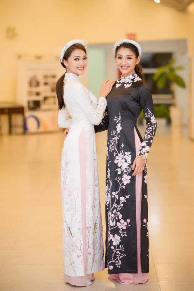 Người đẹp Ngọc Nữ, Thanh Tú trong HHHV Việt Nam cùng nhau đọ dáng trong 2 tà áo dài mang màu sắc tương phản, đen trắng.