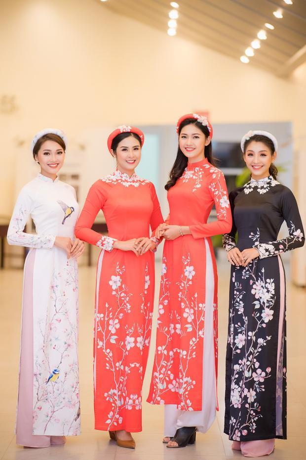 Chưng diện tà áo dài, các người đẹp cùng nhau tạo dáng, đem đến không khí rộn rã của mùa xuân sắp đến.