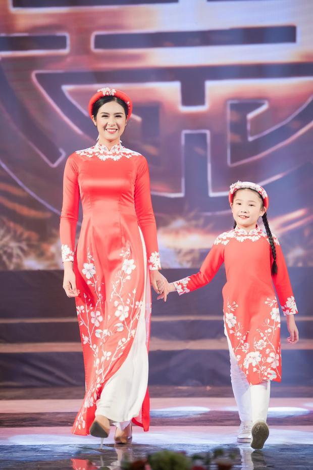 Hoa hậu Việt Nam 2010 còn tiết lộ, trong chương trình tối qua, cô đã tặng cho mỗi bé của làng trẻ SOS một chiếc áo dài để các em mặc vào dịp Tết năm nay. Ý tưởng mời các bé cùng diễn thời trang cũng vì muốn tạo những kỷ niệm đẹp và khó quên cho các bé.