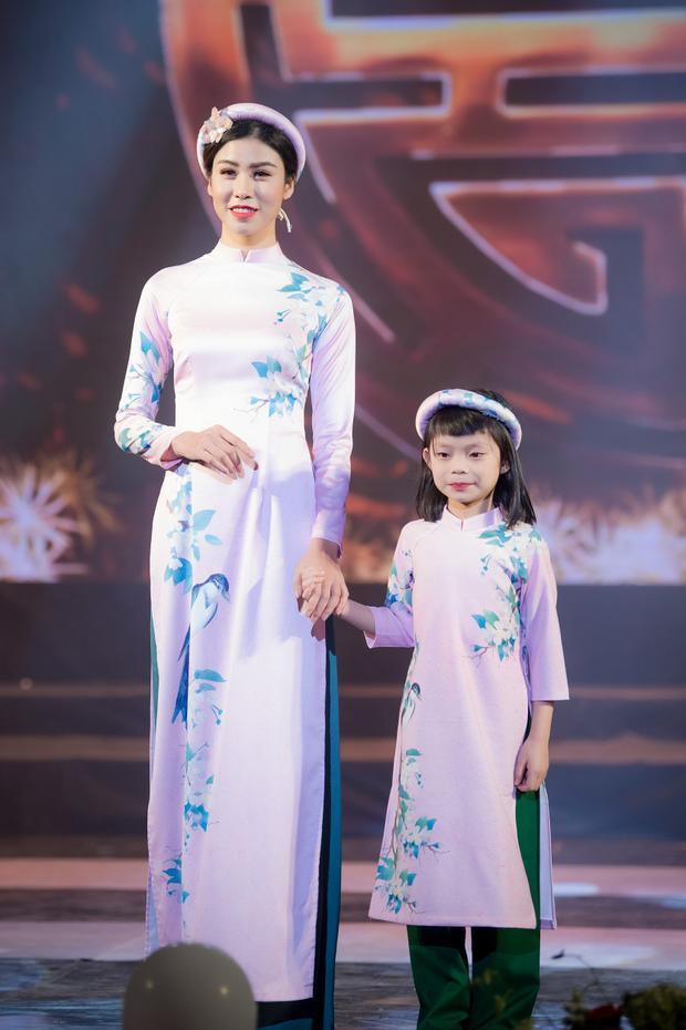 Hoa hậu Ngọc Hân cũng dành sự ưu ái cho các người mẫu nhí khi cùng lúc giới thiệu những thiết kế áo dài trẻ em.