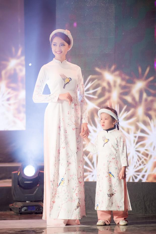 Ngoài ra còn có sự tham gia của các người đẹp HHHV Việt Nam - Ngọc Nữ. Cô thể hiện tà áo dài trắng với họa tiết chim được vẽ tay kì công.