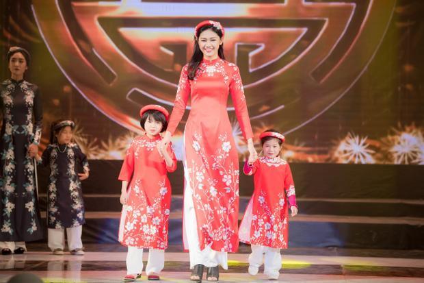 Ngoài ra, BST còn có sự tham gia của á hậu Thanh Tú, người đẹp trình diễn tà áo dài đỏ rực, hợp với không khí Tết sắp đến.