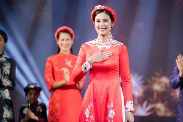 """Ngọc Hân vừa làm MC, vừa giới thiệu BST mới mang tên """"Cánh én mùa xuân"""" cho chính cô thiết kế."""