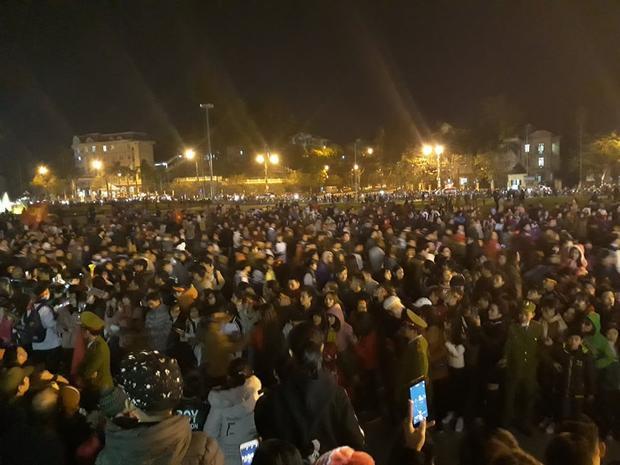 Cảnh hàng nghìn người dân TP Tuyên Quang tập trung ở quảng trường nơi vinh danh cầu thủ Xuân Trường và đồng đội.