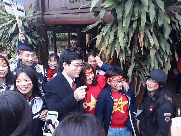 Bố Xuân Trường chụp ảnh cùng mọi người.