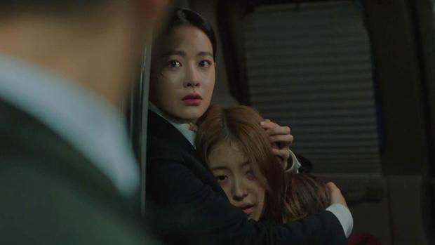 """Jin Sun Mi là tiểu bạch lương thiện nhất quả đất, cô ôm lấy zombie Jin Boo Ja đang mất dần nhân tính y như """"người mẹ"""" ôm con."""