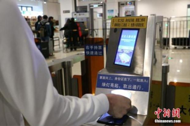 Người vào ga chỉ cần quẹt thẻ căn cước cá nhân.