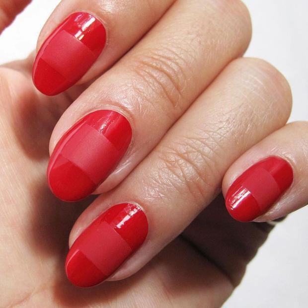 Trong số những cách vẽ nail hợp với màu đỏ, kiểu vẽ dạng sọc có lẽ là dễ dàng thực hiện nhất, cũng như phù hợp với nhiều phong cách khác nhau.