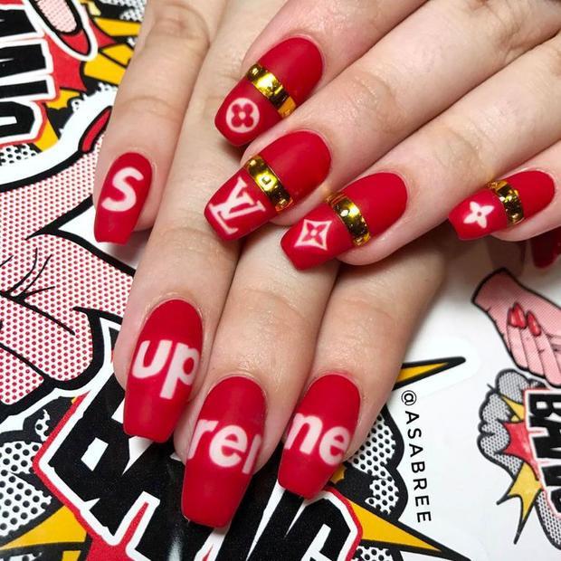 """Những mẫu nail vẽ chữ, tên các thương hiệu lớn là 1 gợi ý các bạn gái không nên bỏ qua trong mùa xuân năm nay. Vừa trẻ trung, lại vừa ấn tượng, đây được đánh giá là 1 trong những kiểu làm móng sẽ sớm gây """"bão""""."""