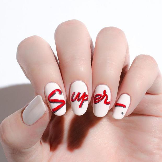 """Nền trắng, chữ đỏ hay chữ trắng, nền đỏ đều nổi bật như nhau. Tuy nhiên, đây là 1 kiểu nail cần đòi hỏi độ tỉ mỉ, chỉn chu, quan trọng người kẻ móng phải biết """"viết chữ đẹp"""". Nếu đã trót đam mê kiểu nail đặc biệt này, các bạn gái nên ra ngoài những trung tâm làm móng chuyên nghiệp."""