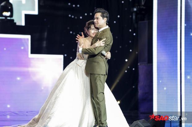 Nhã Thanh hạnh phúc khi được HLV Ngọc Sơn bấm nút lựa chọn. Cô ôm chầm lấy anh trên sân khấu khi chính thức trở thành học trò.