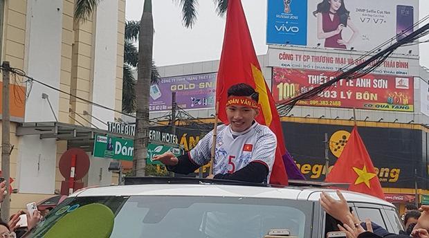 Hậu vệ Đoàn Văn Hậu ngày trở về quê vinh quy bái tổ. Ảnh: Vietnamnet.