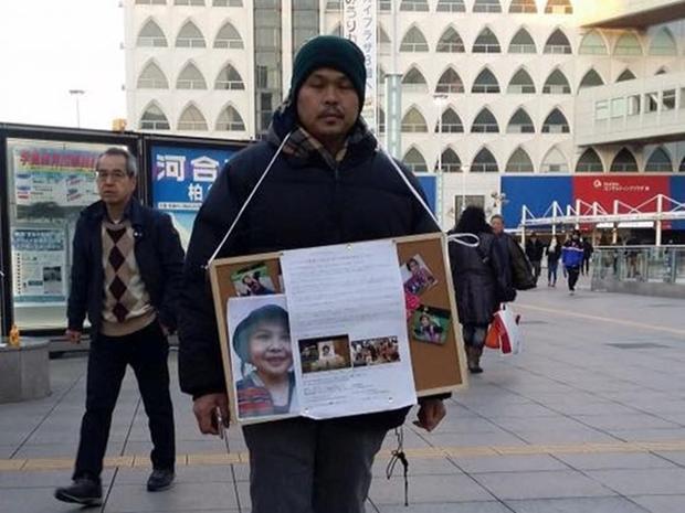 Anh Lê Quang Hào đứng tại các ga tàu điện ngầm, điểm đông người để xin chữ ký.