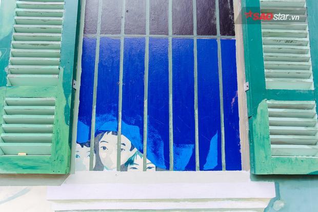 """Tác phẩm """"Ngôi nhà số 63"""" gây tranh cãi của họa sĩTrần Hậu Yên Thế. Tác giả đã lấy nguyên cánh cửa sổ ngôi nhà số 63 Phùng Hưng lắp vào tác phẩm nhằm gợi nhắc người xem về những ngôi nhà đáng nhớ của Hà Nội."""