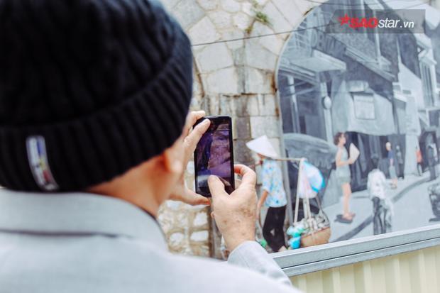 """Trao đổi với báo chí, ông Nguyễn Thế Sơn, chủ nhiệm dự án về phần tranh tượng của các nghệ sĩ Việt Nam cho biết, các nghệ sĩ vẽ tranh coi dự án bích họa Phùng Hưng là món quà dành tặng cho thành phố. """"Chúng tôi làm công việc này hoàn toàn tự nguyện. Khi đã coi các tác phẩm là món quà thì món quà ấy cần được mở ra để mọi người cùng đánh giá. Sau đó, người dân có thể trả lại hay không sẽ là câu chuyện của sau này""""."""