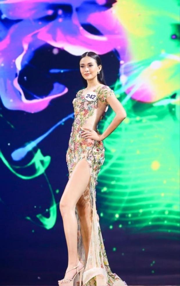 Cô phát huy tối đa lợi thế đôi chân dài hơn một mét với kiểu váy áo này trong cuộc thi HHHV khá thành công. Với kiểu váy này không ít sao Việt bị chê tơi tả nhưng Mâu Thủy là trường hợp duy nhất chưa bao giờ bị lọt vào danh sách này.