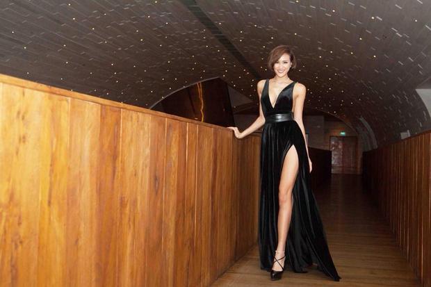 Phương Mai khiến người xem phải thót tim vì màn ăn vận táo bạo với váy áo xẻ cao tận hông. Cô là chân dài có phong cách thời trang gợi cảm, sexy. Tại các sự kiện siêu mẫu luôn chọn những bộ cánh tôn đường cong cơ thể triệt để.