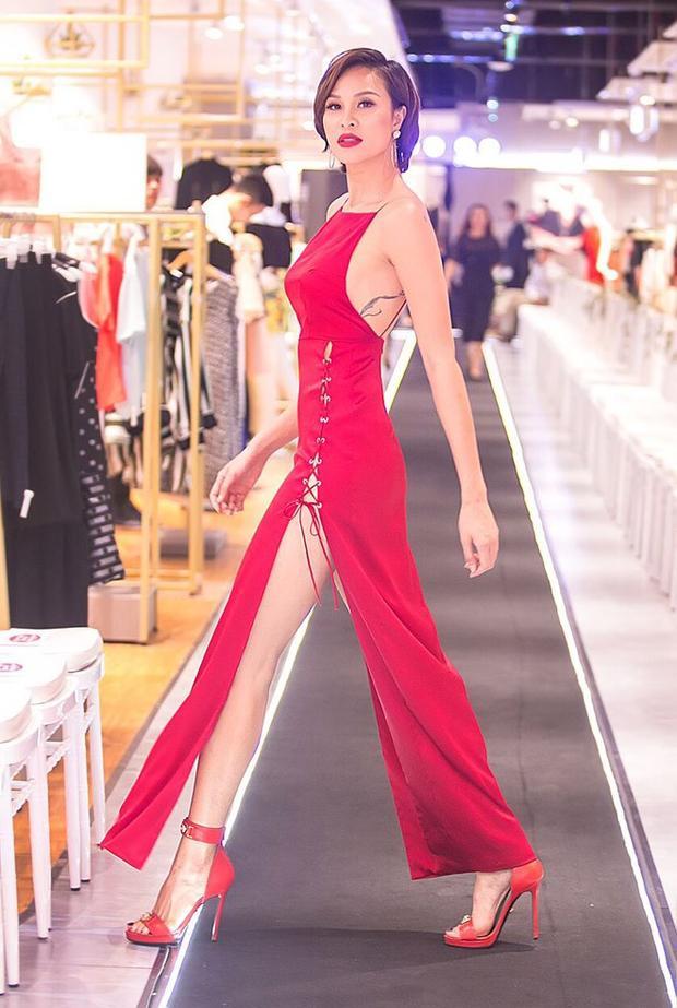 Bộ váy đỏ có đường xẻ cao đến hông, giúp siêu mẫu Phương Mai phô trọn đôi chân dài miên man.