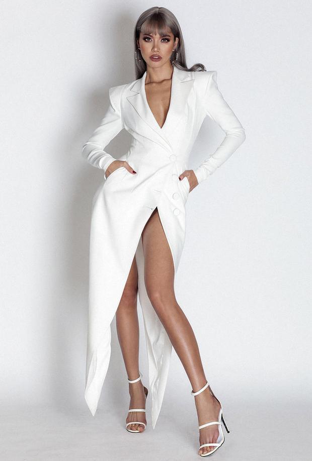 Thậm chí đến những chiếc vest cũng được cô biến thể để tạo một khoảng hở khoe đôi chân dài miên man.