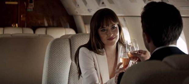 Với vóc dáng hoàn hảo, nhân vật Ana luôn lựa chọn những bộ trang phục khoe triệt để đường cong gợi cảm của mình.