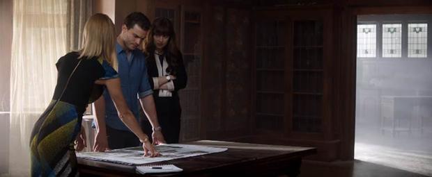 """Tạo hình của Ana có những thay đổi quan trọng cùng với đà thăng tiến của cô trong công ty. """"Nếu Ana từng xuất hiện trong hình ảnh của một nữ sinh với váy ngắn, áo khoác mỏng khi lần đầu tới xin việc, giờ đây cô ấy trông thực sự quyền lực với bộ vest màu đen đơn giản nhưng sang trọng"""".Thiết kế phục trang của phim cho biết."""