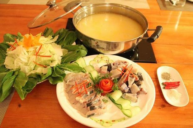 Nồi lẩu cá tầm bốc khói nghi ngút, vị ngọt, chua, cay, thơm nức đủ quyến rũ bao thực khách giữa tiết trời lạnh đến đóng băng.