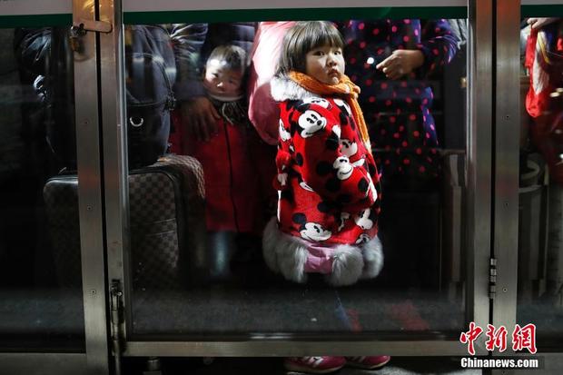 Nhiều hành khách là trẻ em theo cha mẹ về quê đón Tết.