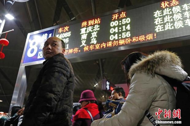 Khung cảnh đông đúc tại ga Nam Thượng Hải.