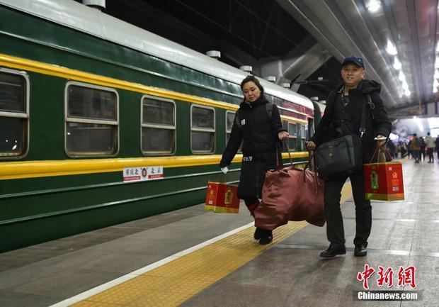 Các hành khách mang theo túi lớn, túi nhỏ để về quê ăn Tết.