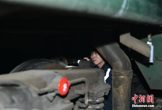Một nhân viên đang kiểm tra đợt cuối cùng trước khi tàu hỏa rời ga.