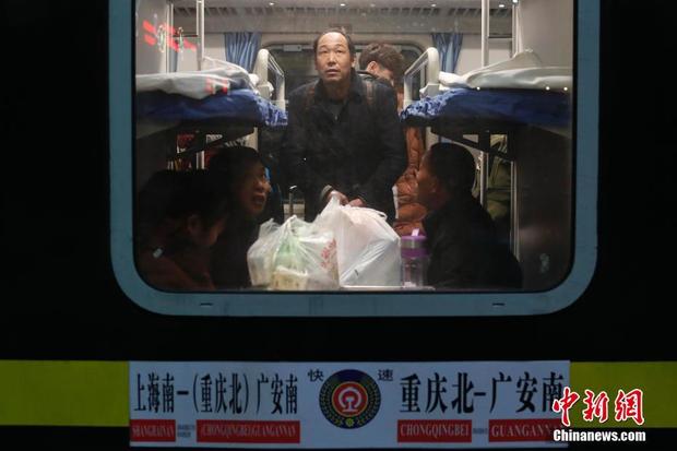"""Vào lúc 0:50 phút ngày 1/2, hơn 1.000 hành khách đã lên tàu đi từ ga Nam Thượng Hải tới phía bắc Trùng Khánh. Đây là chuyến tàu đầu tiên mở màn cuộc """"xuân vận"""" năm 2018 tại Thượng Hải."""