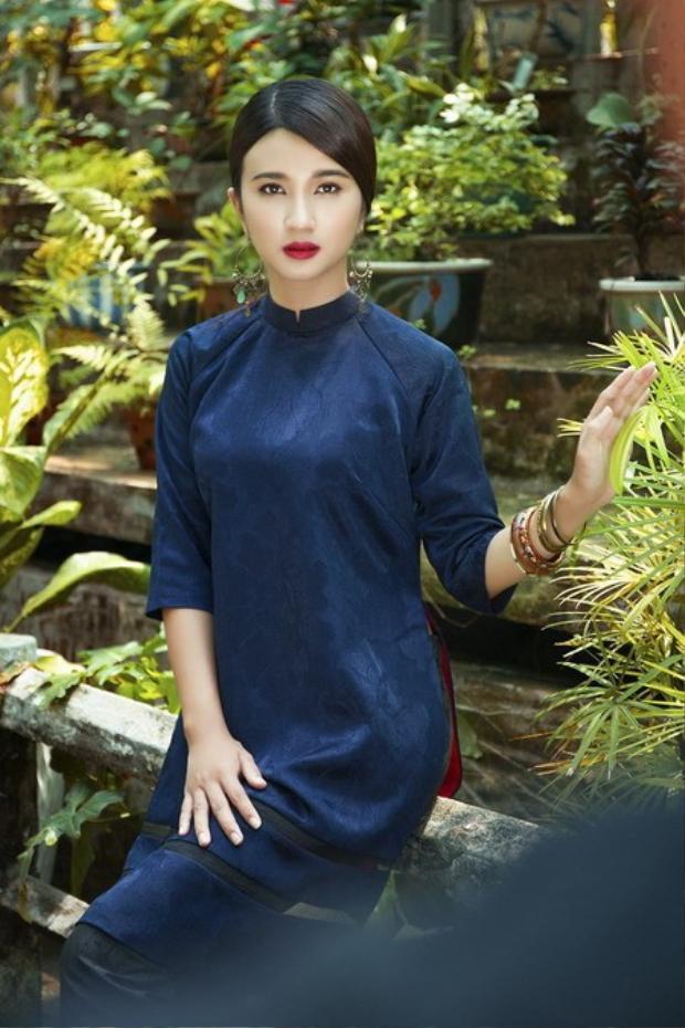 Diễn viên Kim Tuyến lại yêu thích áo dài đen chất liệu gấm với kiểu dáng trẻ trung.
