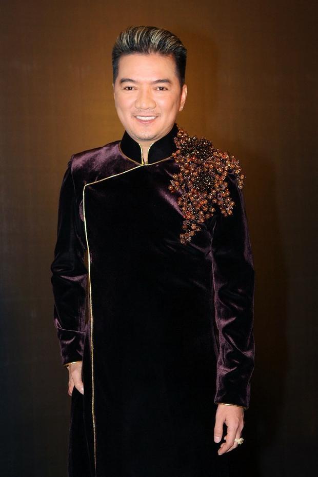 Mr Đàm cũng rất thích áo dài nhung gấm đẹp huyền bí và sang trọng. Anh còn cầu kì gắn thêm đá ở cầu vai khiến bộ trang phục nổi bật hơn rất nhiều.