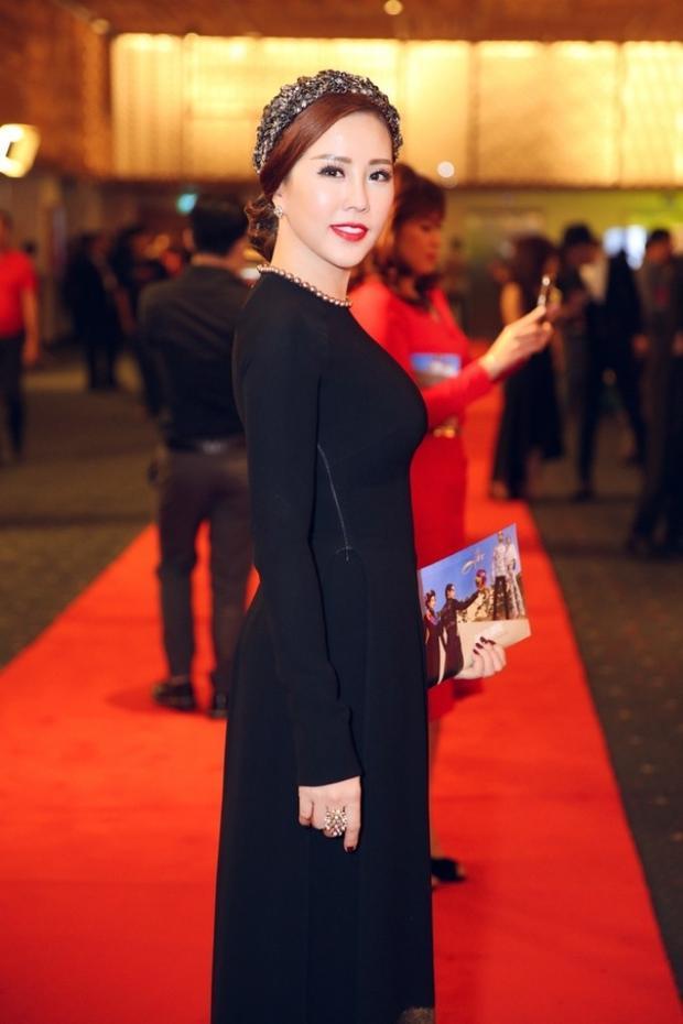 Hoa hậu Thu Hoài diện bộ áo dài đen quý phái. Sử dụng trang sức cài tóc cầu kỳ khá lạ mắt, hoa hậu Thu Hoài hoàn chỉnh vẻ ngoài xinh đẹp, thu hút của mình.
