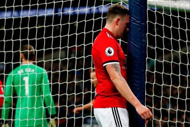 Sự thất vọng của Phil Jones sau pha đá phản lưới nhà.