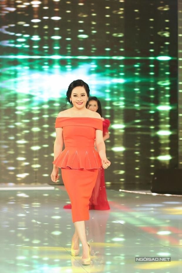 Không hẹn mà gặp, nghệ sĩ Đông Đào cũng chọn cho mình chiếc váy đỏ rực như thế này khi lên sóng một chương trình truyền hình mới đây.