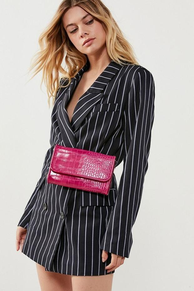 """Không dừng lại ở đó thương hiệu Urban Outfitters tiếp tục khiến tín đồ thời trang """"say lòng"""" khi trình làng mẫu túi Lera có cùng chung ý tưởng sử dụng chất liệu da bò dập vân cá sấu và phần dây đeo có thể điều chỉnh độ dài ngắn."""